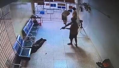 Подсудимые ранили полицейского и совершили дерзкий побег из здания суда. Видео
