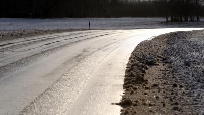 На дорогах Эстонии в воскресенье сохраняется опасность гололедицы