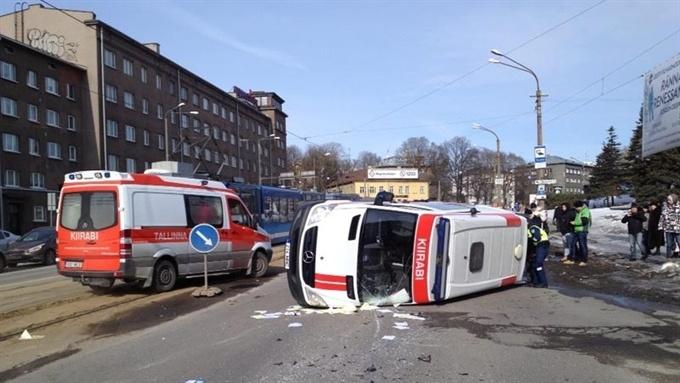 В Таллинне в результате аварии перевернулась машина скорой помощи