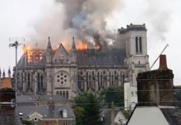 ВИДЕО: во французском Нанте горит базилика