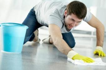 Семья заставила грабителя убраться в доме