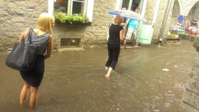 ФОТО: дождь превратил улицы Таллинна в каналы