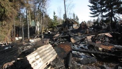 """В нарвском дачном кооперативе """"Югла-1"""" сгорели четыре строения"""