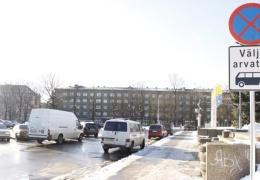 Нарвские власти борются с неправильно припаркованными машинами на Петровской площади