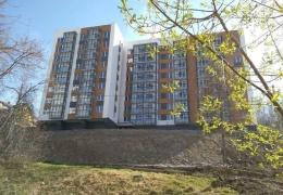 Вёдра и колонка: элитную многоэтажку в Екатеринбурге сдали без воды