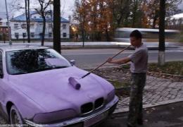 Новгородские маляры перекрасили в лиловый цвет перегородившую тротуар BMW
