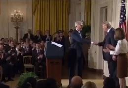 Как Трамп жмет руки людям