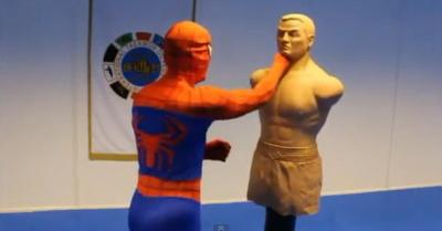 Человек-паук демонстрирует свои умения в реальной жизни