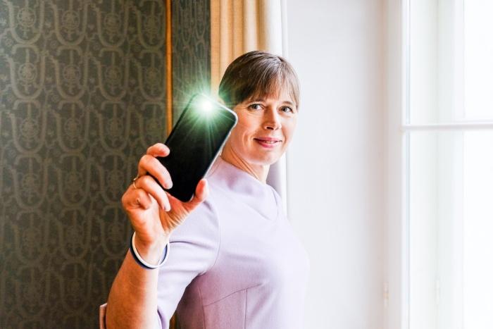 Керсти Кальюлайд призвала показать сплоченность и помахать из окна фонариком