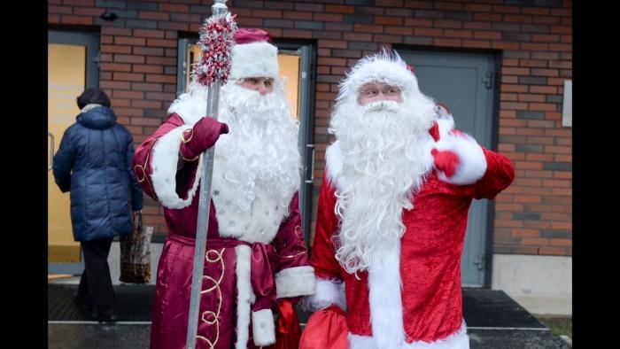 """западный Санта-Клаус и российский Дед Мороз встретились на мосту """"Дружба"""""""