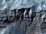 Ученые НАСА показали снимки самого большого каньона Солнечной системы