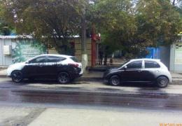 Дорожники забрызгали припаркованные машины битумом