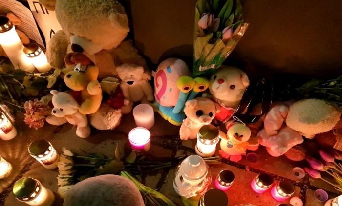 Смотрите: жители Эстонии несут цветы, свечи и игрушки к российскому Посольству в Таллине