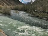 Как выглядит черно-белая река в Грузии, в которой не смешивается вода