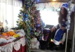 Новогодняя маршрутка с елкой, Дедом Морозом за рулем и Снегурочкой