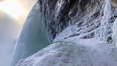 Оставьте водопад в покое: Ниагара хоть и во льду, но не замерзла. Фото