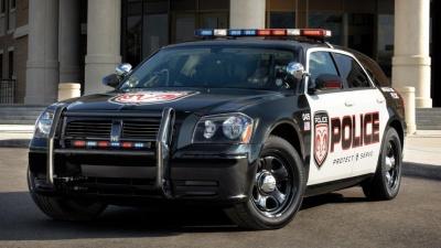 Грабитель в наручниках угнал служебный автомобиль прямо перед носом у полицейских