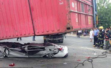 Водитель и пассажир остались живы после того, как огромный контейнер раздавил автомобиль