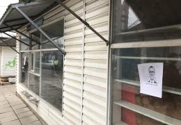 """Подлежащие сносу киоски на нарвском рынке """"Энергия"""" обклеили портретами мэра города"""