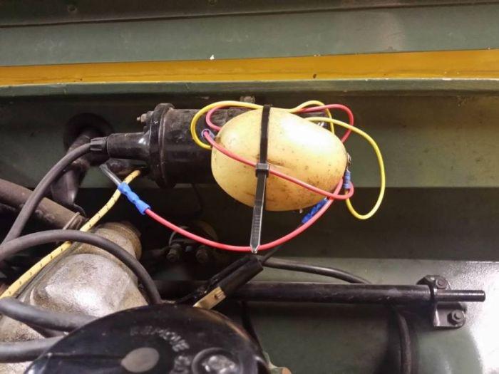 В Великобритании мужчина починил 50-летний Land Rover при помощи картофеля