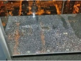 На высоте 103-го этажа: стеклянный пол аттракциона лопнул под ногами у туристов