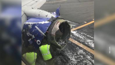"""У """"Боинга"""" в воздухе взорвался двигатель: пассажирку засосало в иллюминатор"""