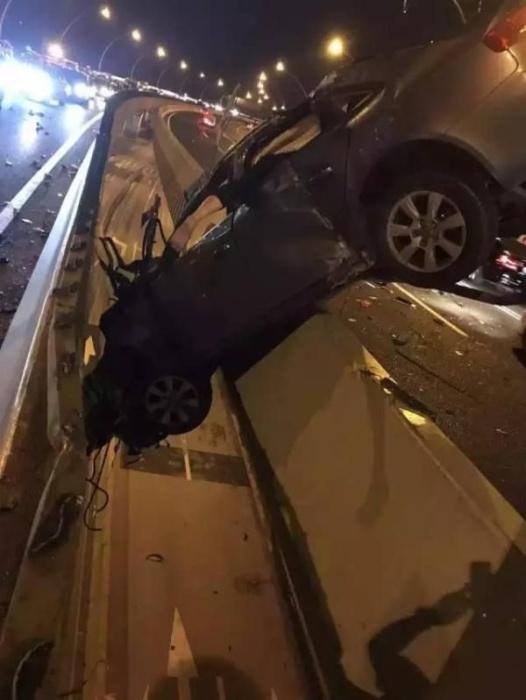 Везучий шанхайский летчик повис в разбитой машине на мосту