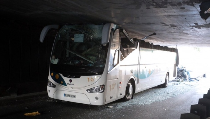 Двухэтажный автобус с туристами лишился крыши в результате ДТП на севере Франции
