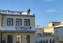 Очистка снега с крыш по-питерски