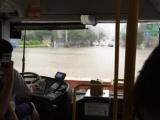 Китайские автобусы возят людей на работу даже во время наводнений