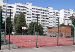 В Нарве построили за 105 тыс. евро многофункциональную спортивную площадку