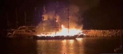 В Турции загорелась флотилия экскурсионных кораблей с туристами