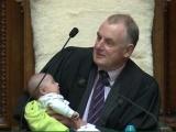 «Тише, ребенок кушает»: спикер парламента Новой Зеландии вел заседание с младенцем на руках