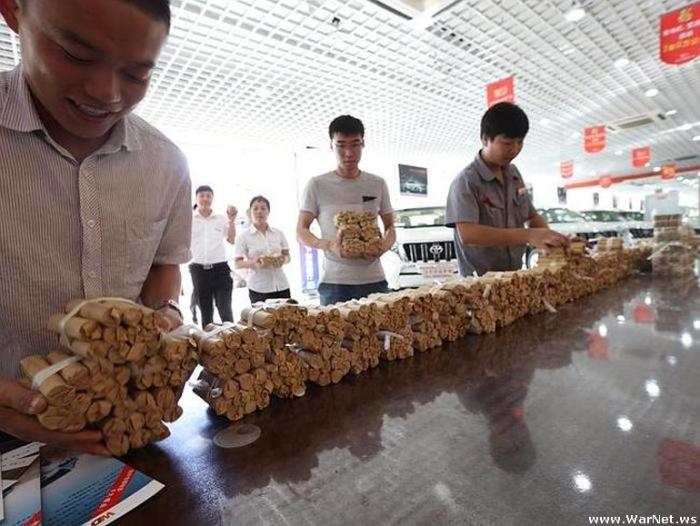 В Китае мужчина купил автомобиль стоимостью 140 000 долларов за монеты