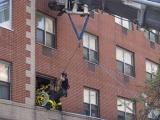 Пожарные вытащили 412-килограммовую женщину из квартиры подъемным краном