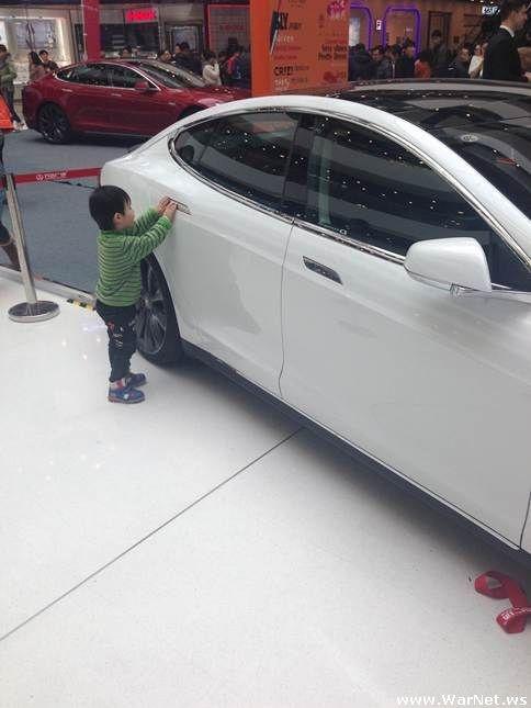 Трехлетний гонщик сбил беременную женщину, пытаясь угнать Tesla из автосалона