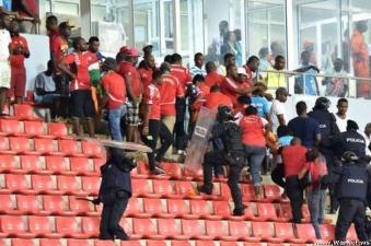 Фанаты решили, что кривоногих футболистов проще убить
