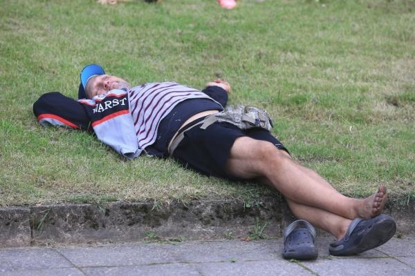 Полиция Нарвы призывает горожан сообщать о компаниях, распивающих в городских парках алкоголь