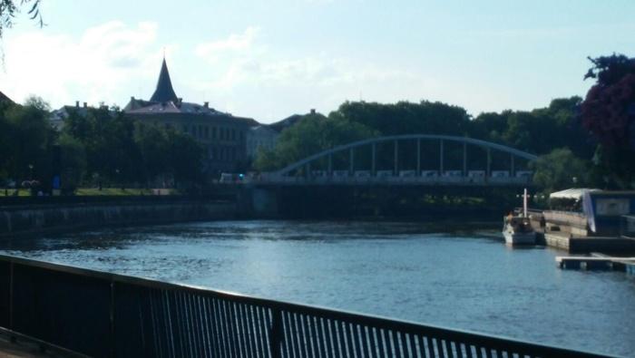 Упавшего с Арочного моста в Тарту велотрюкача в тяжелом состоянии доставили в больницу