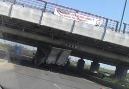 В Санкт-Петербурге «ГАЗель» вновь застряла под низким мостом