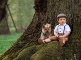Трогательная дружба 2-летнего мальчика и Йоркширского терьера