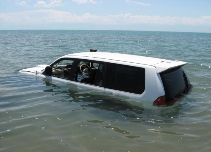 Пьяный водитель думал, что его джип умеет плавать