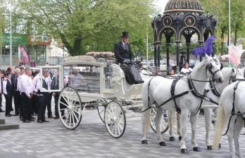Английскую королеву цыган похоронили с размахом