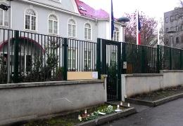 ФОТО: к посольству Франции в Таллинне несут цветы и свечи