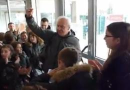 Школьники прощаются с учителем