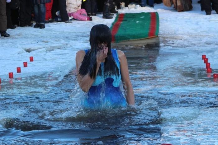 В Нарве прошли Крещенские купания