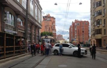 Автохам заблокировал движение трамваев на Дмитровской, а потом звонил маме жаловаться