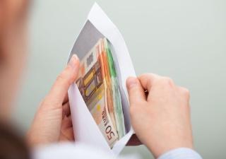 Налоговики за четыре года обещают вдвое сократить число получающих зарплату в конвертах