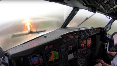 Буря и нулевая видимость: опубликованы кадры посадки Boeing-737 в экстремальных условиях