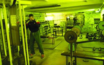 """В Нарве могут закрыть подвальную """"качалку"""", которой 44 года"""